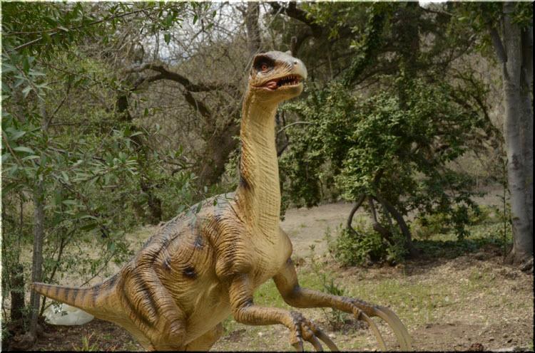 динозавр с когтями в Динопарке