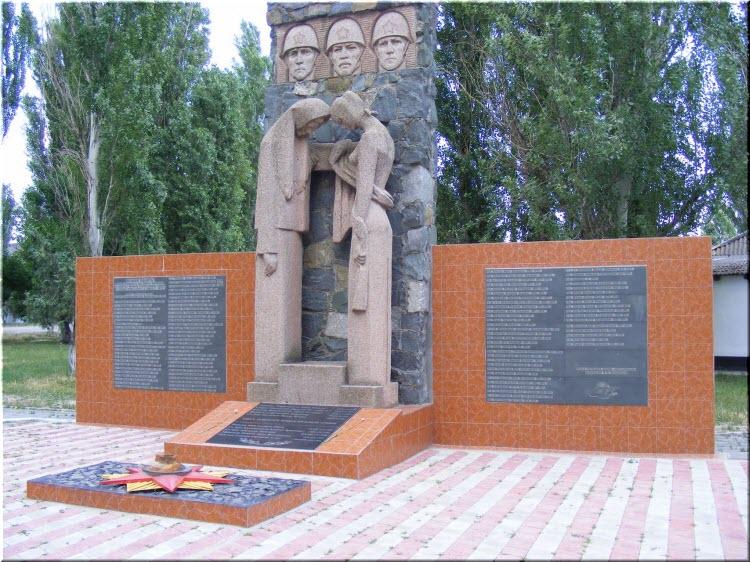 памятник в Кировском