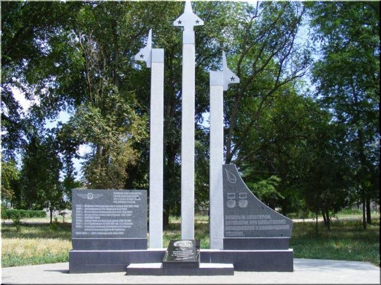 памятник в сквере у ЖД-станции