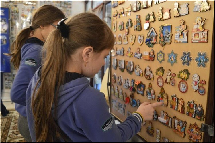 посетители в Музее магнитиков