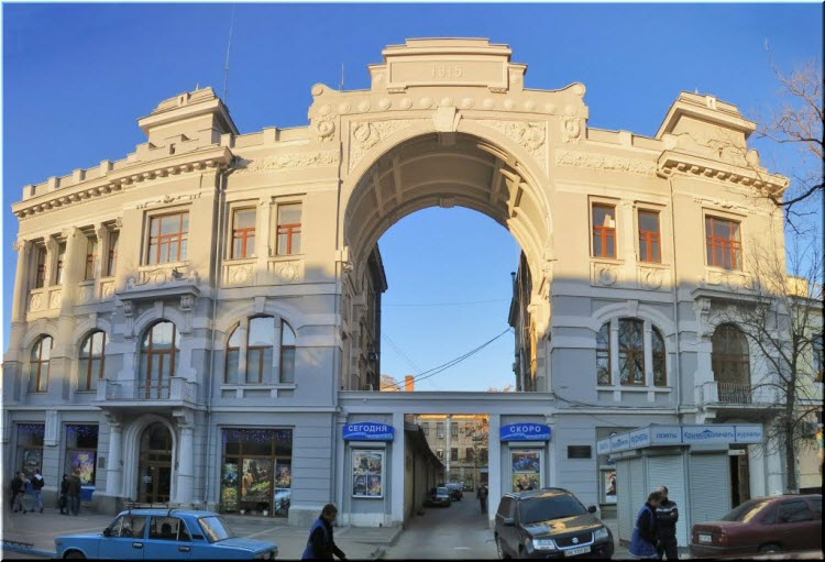 арка на входе в кинотеатр