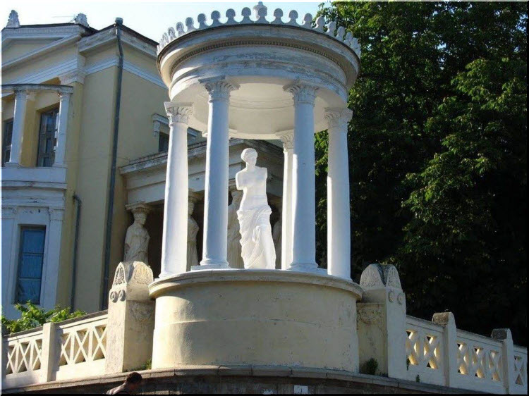 Бесадка со скульптурой Венеры