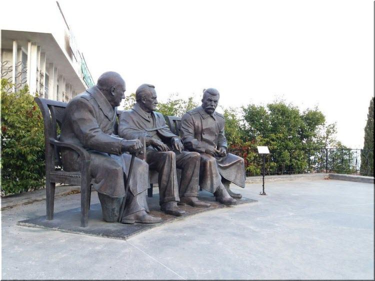 фото памятника лидерам Большой Тройки