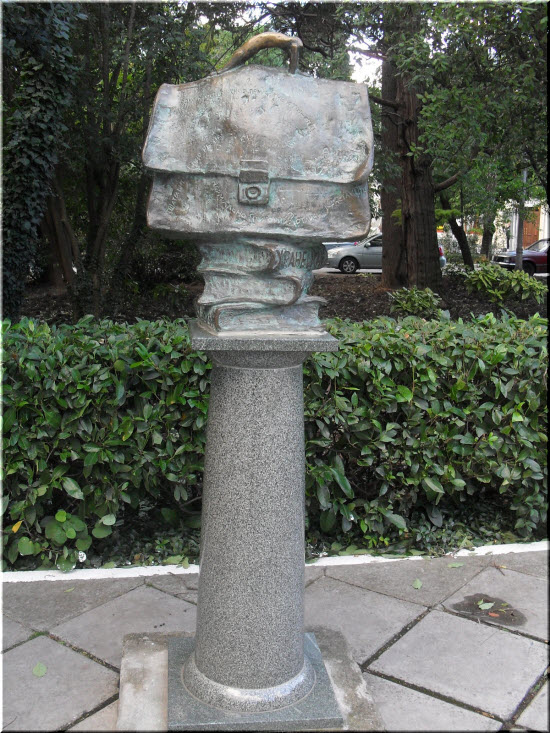 фото памятника Портфелю Жванецкого
