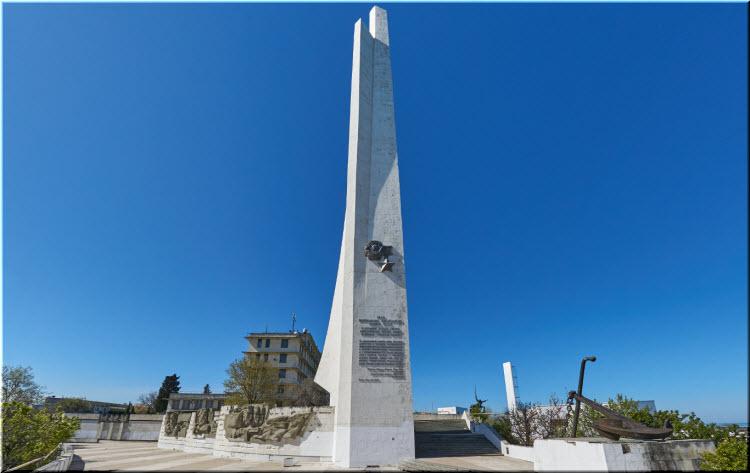 фото памятника Штык и Парус в профиль