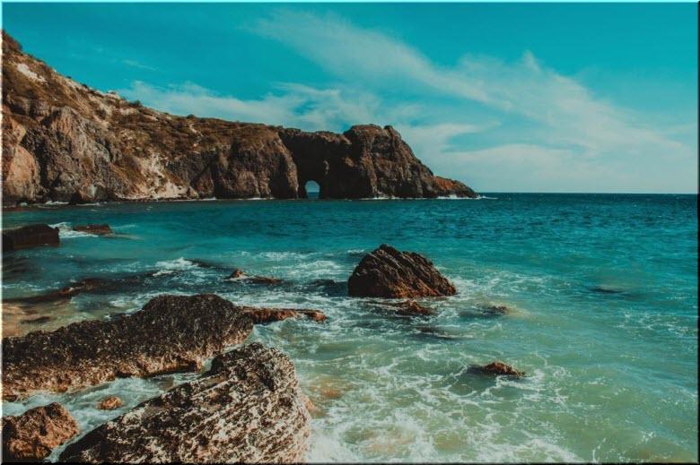 вид на грот Дианы с пляжа Каравелла