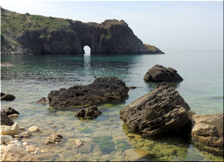 вид на мыс Лермонтова с пляжа