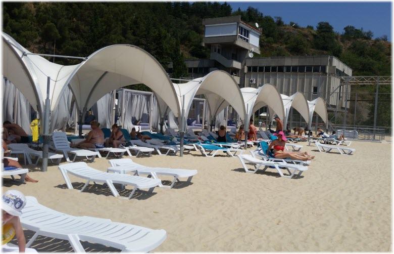 песчаный пляж на втором уровне