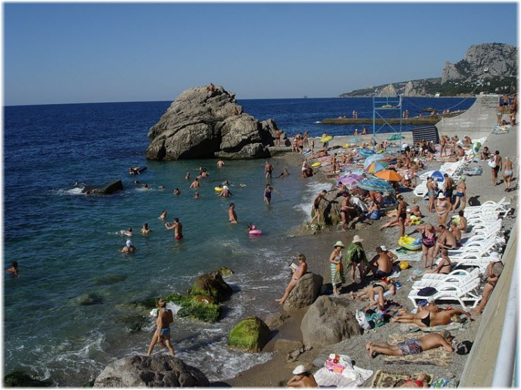 туристы на пляже Лягушка