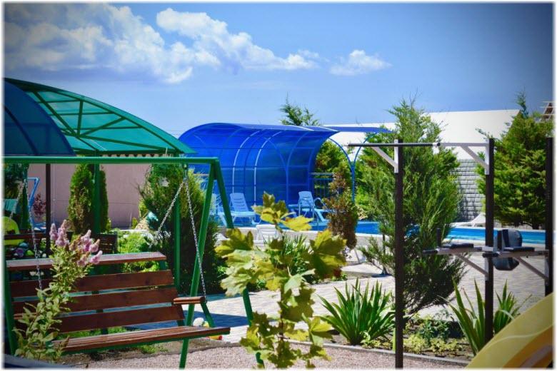 зеленая территория гостиницы