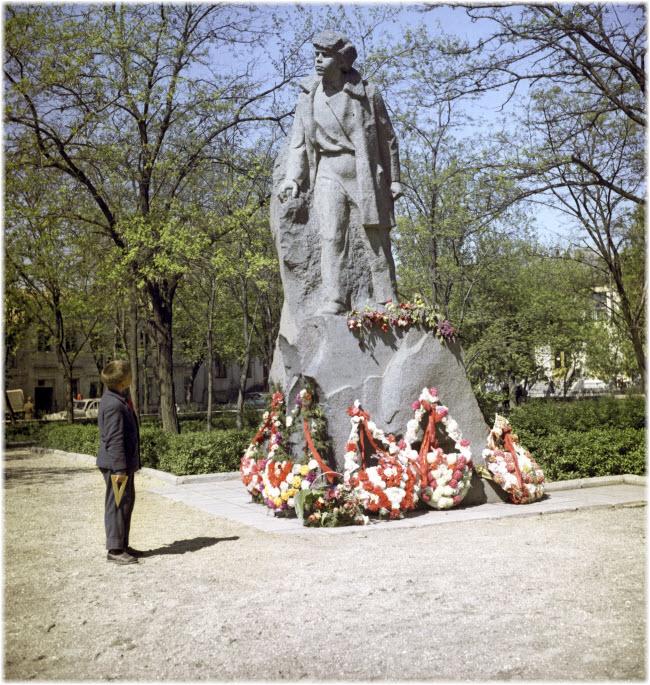 возложение цветов к памятнику Дубинину