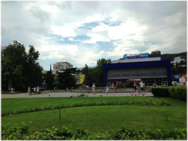 зеленые газоны на пл. Советская