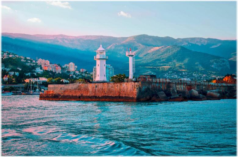 фото маяка с моря