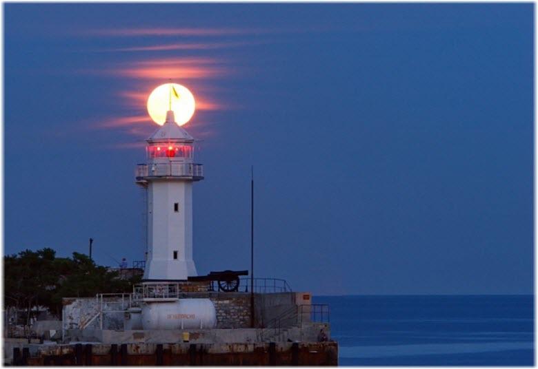 фото работающего маяка ночью