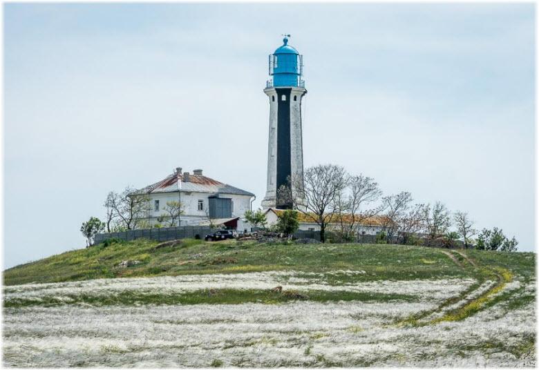 заснеженный маяк на мыс Кыз-Аул