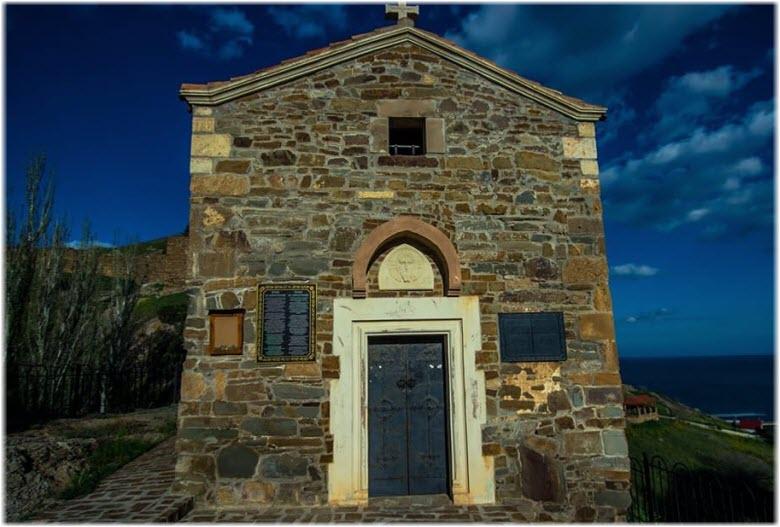 фото входных дверей в храм