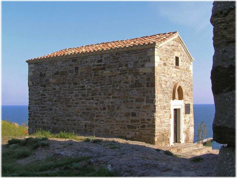 фото здания церкви на фоне моря