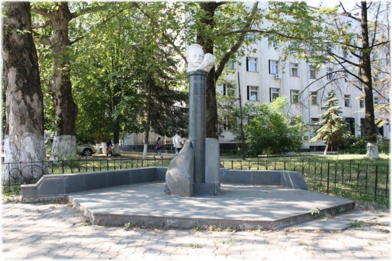 памятник Франко в Симферополе