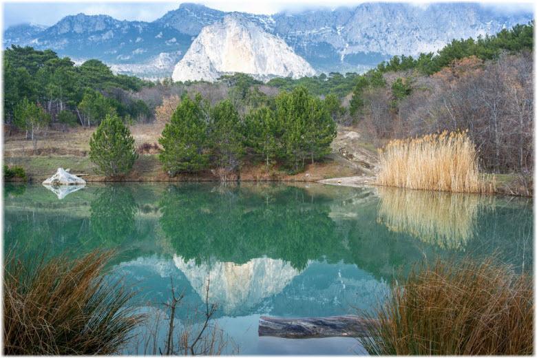 фото озера у скалы Шаан-Кая