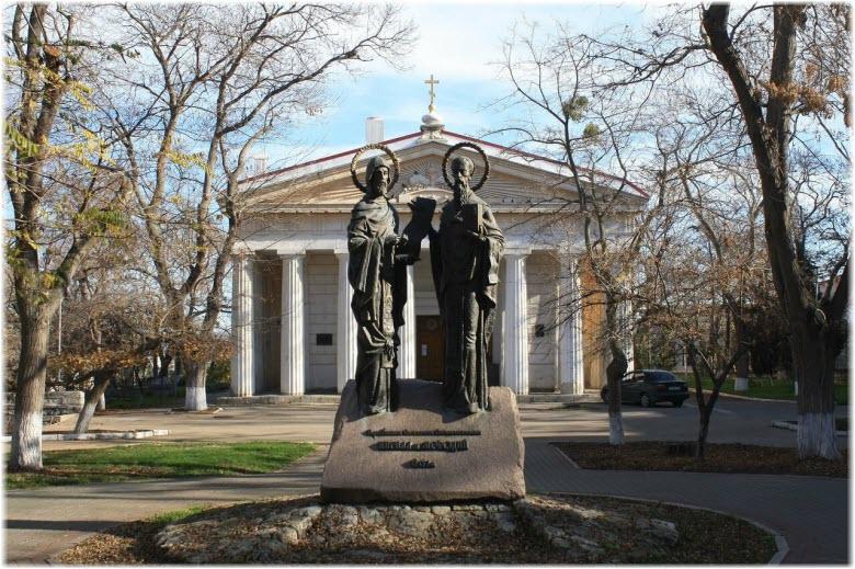 фото памятника Кириллу и Мефодию перед Петропавловским собором