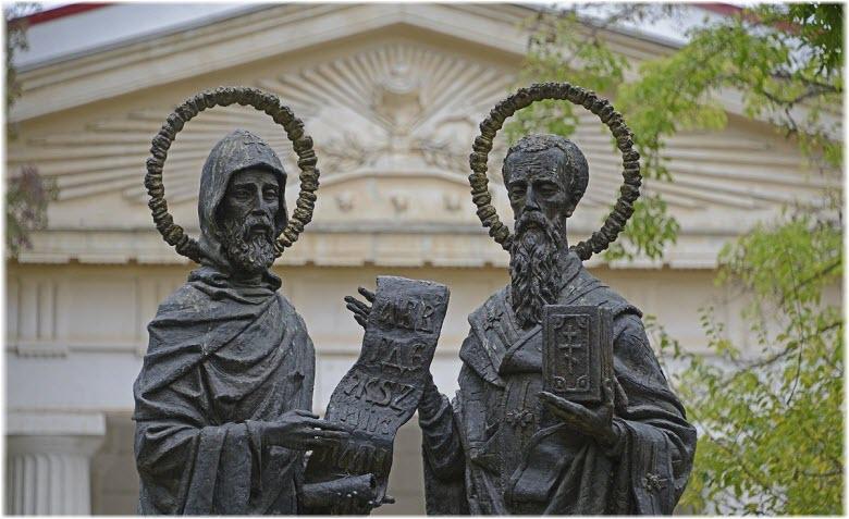 фото памятника Кириллу и Мефодию вблизи