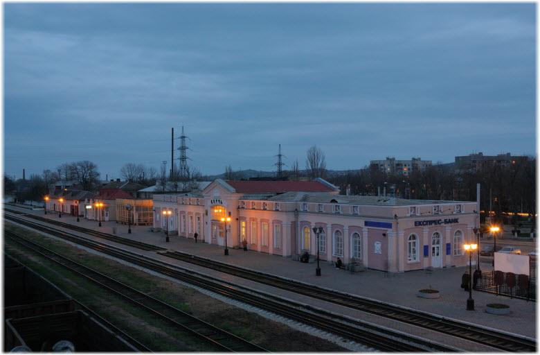 фото вечернего вокзала Керчи