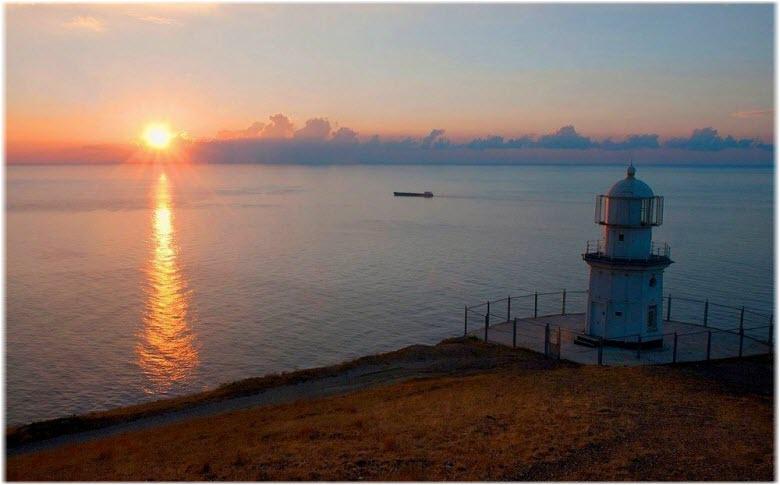 виды моря и маяка