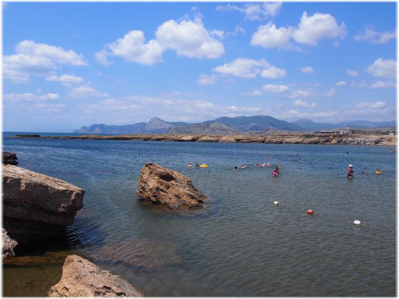 туристы в Акульей бухте