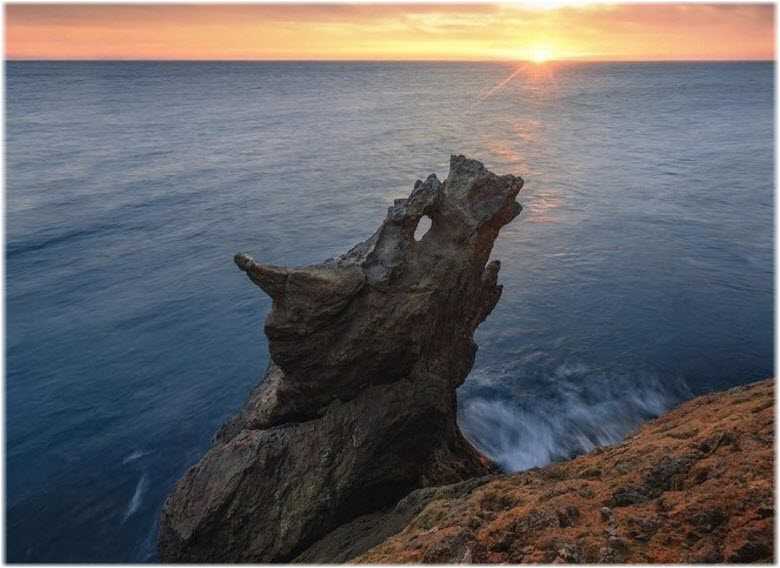 скала Дракон на фоне моря