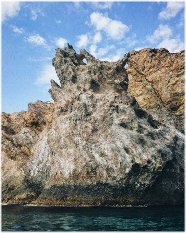 вид скалы Дракон с моря
