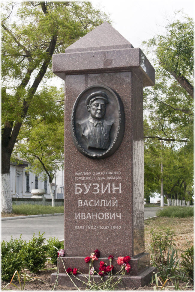 памятник Бузину крупным планом