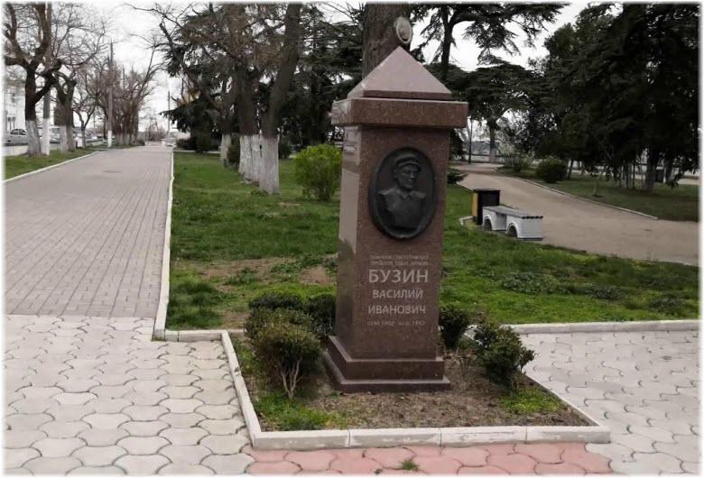 памятник Бузину в сквере