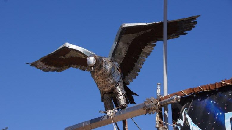 «Байкерский» орел у дороги