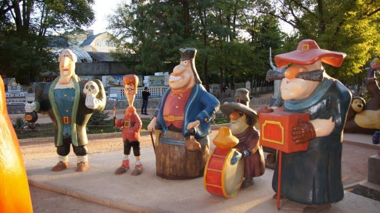 Герои фильма «Остров сокровищ» в парке миниатюр всегда ждут преданных поклонников