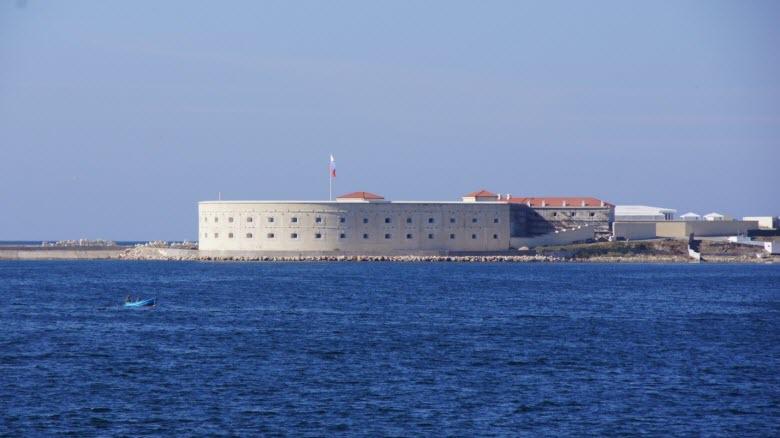Один из бастионов на берегах Севастопольской бухты