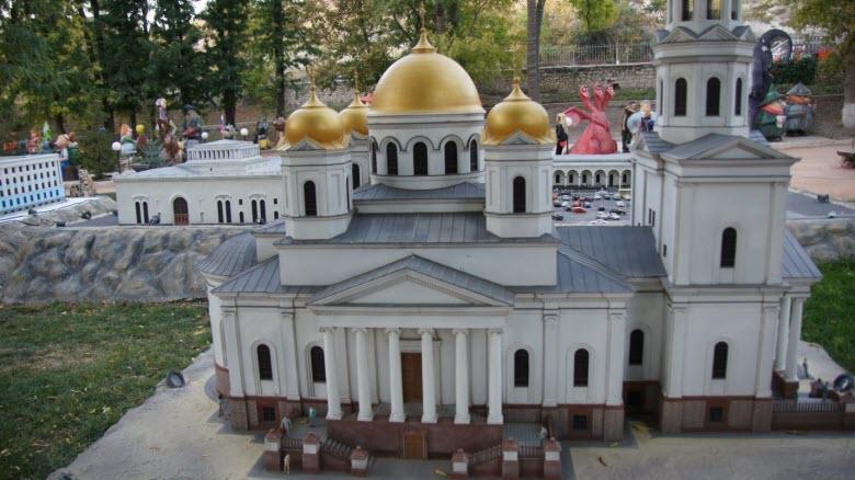 Один из экспонатов парка миниатюр в Бахчисарае