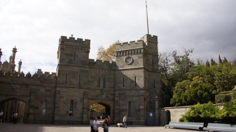Одна из площадей во владениях дворца