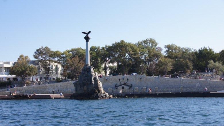 Памятник погибшим кораблям – вид с палубы катера
