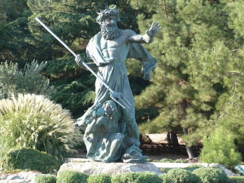 Статуя Нептуна на пляже парка Айвазовского