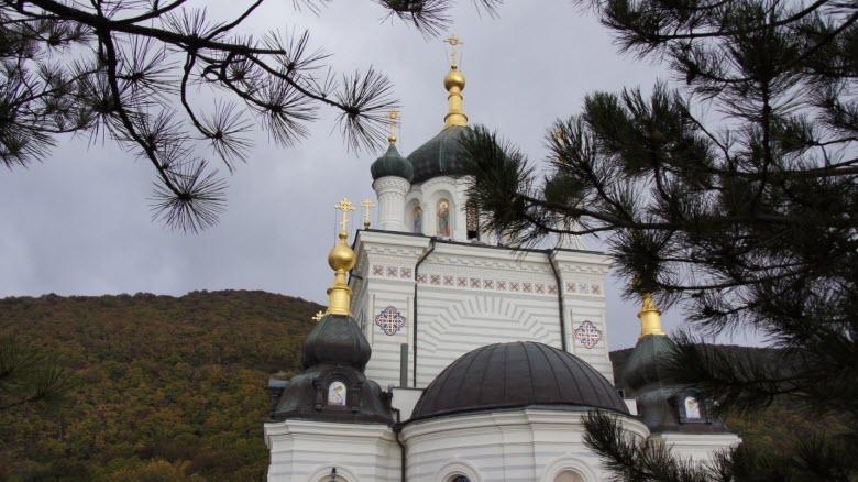Вид на храм со двора обители