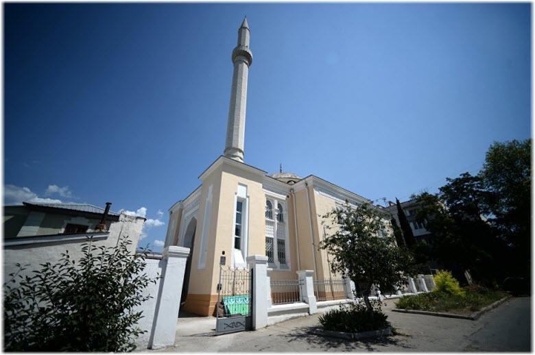 у ворот мечети