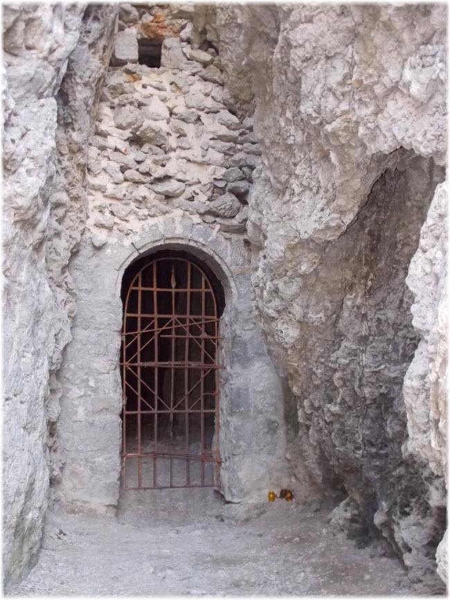 решетка на входе в грот Сквозной