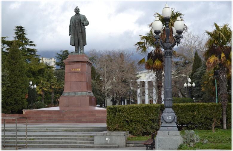 фото памятника на площади