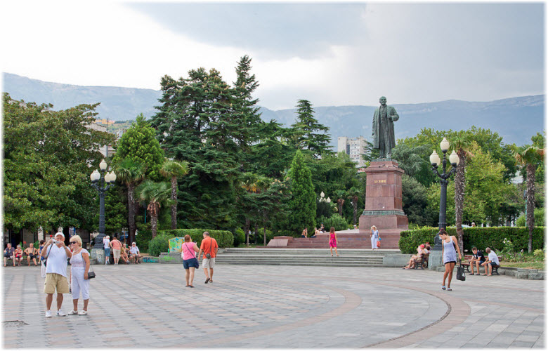 туристы на площади Ленина